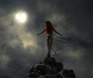 Mujer fantástica del guerrero en el claro de luna Imágenes de archivo libres de regalías