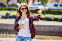 Mujer feliz adolescente que hace el selfie Imagen de archivo