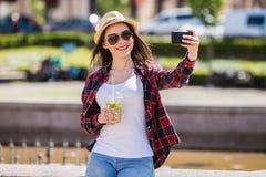 Mujer feliz adolescente que hace el selfie Imagen de archivo libre de regalías