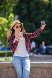 Mujer feliz adolescente que hace el selfie Imagenes de archivo