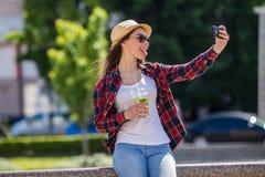 Mujer feliz adolescente que hace el selfie Foto de archivo libre de regalías