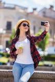 Mujer feliz adolescente sonriente de los jóvenes que hace el selfie Imágenes de archivo libres de regalías