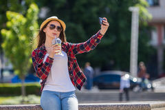 Mujer feliz adolescente sonriente de los jóvenes que hace el selfie Imagen de archivo libre de regalías