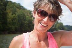 Mujer feliz afuera por el agua Foto de archivo