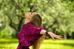 Mujer feliz al aire libre Imágenes de archivo libres de regalías