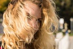 Mujer feliz al aire libre con el pelo windblown Imagen de archivo