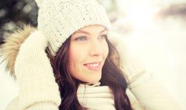 Mujer feliz al aire libre en invierno Imagen de archivo libre de regalías