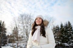Mujer feliz al aire libre en invierno Foto de archivo libre de regalías
