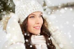 Mujer feliz al aire libre en invierno Fotografía de archivo