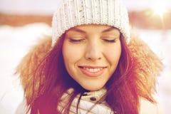 Mujer feliz al aire libre en invierno Foto de archivo