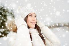 Mujer feliz al aire libre en invierno Imagen de archivo