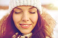 Mujer feliz al aire libre en invierno Fotos de archivo