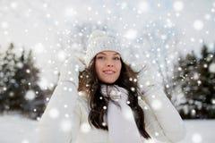 Mujer feliz al aire libre en invierno Fotos de archivo libres de regalías