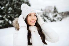 Mujer feliz al aire libre en ropa del invierno Imagen de archivo