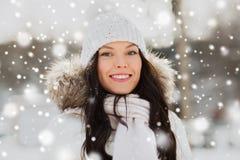 Mujer feliz al aire libre en ropa del invierno Foto de archivo
