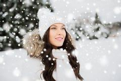 Mujer feliz al aire libre en ropa del invierno Fotografía de archivo libre de regalías