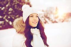 Mujer feliz al aire libre en ropa del invierno Foto de archivo libre de regalías