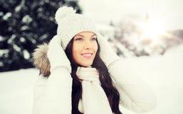Mujer feliz al aire libre en ropa del invierno Fotos de archivo