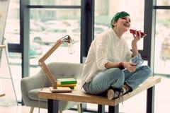 Mujer feliz alegre que disfruta de su conversación telefónica fotos de archivo libres de regalías