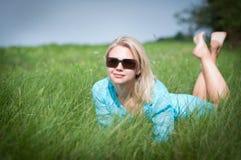 Mujer feliz atractiva en el prado imágenes de archivo libres de regalías