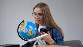 Mujer feliz atractiva spining el globo almacen de metraje de vídeo