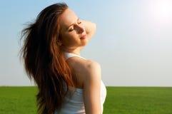 Mujer feliz bajo el sol del resorte Imagenes de archivo