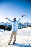 Mujer feliz bajo luz del sol en centro turístico de montaña Fotografía de archivo