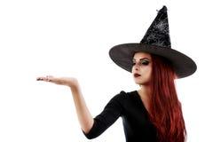 Mujer feliz bastante joven que sonríe y vestida como una hada o bruja Imagen de archivo
