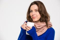 Mujer feliz blanda en café de consumición de la bufanda caliente de la taza Fotos de archivo libres de regalías