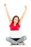 Mujer feliz con animar del ordenador portátil Foto de archivo