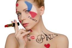 Mujer feliz con arte de la cara en el tema de París Imagen de archivo