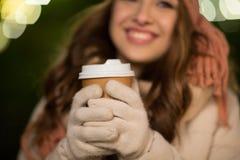 Mujer feliz con café sobre luces de la Navidad Fotografía de archivo libre de regalías