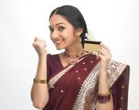 Mujer feliz con de la tarjeta de crédito Fotografía de archivo libre de regalías