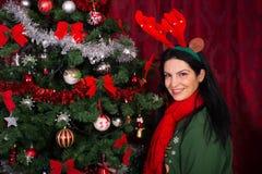 Mujer feliz con el árbol de Navidad Fotografía de archivo libre de regalías