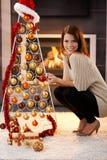 Mujer feliz con el árbol de navidad del diseño Foto de archivo libre de regalías