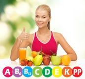 Mujer feliz con el alimento biológico y las vitaminas Imagenes de archivo