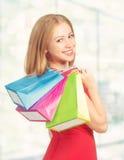 Mujer feliz con el bolso en compras en la alameda Fotografía de archivo libre de regalías