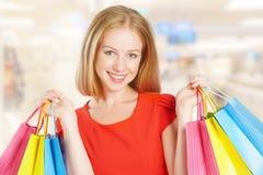 Mujer feliz con el bolso en compras en la alameda Imagen de archivo libre de regalías