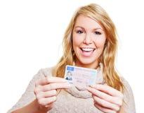 Mujer feliz con el carné de conducir Imagen de archivo libre de regalías