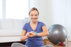 Mujer feliz con el ejercicio del reloj de la corazón-tarifa Foto de archivo libre de regalías