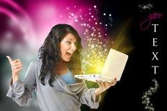 Mujer feliz con el ordenador imagen de archivo libre de regalías