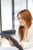 Mujer feliz con el ordenador de la PC de la tableta Fotos de archivo libres de regalías