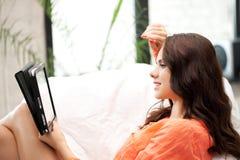 Mujer feliz con el ordenador de la PC de la tableta Imágenes de archivo libres de regalías