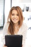 Mujer feliz con el ordenador de la PC de la tableta Fotografía de archivo