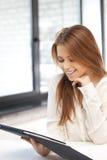 Mujer feliz con el ordenador de la PC de la tableta Imagen de archivo libre de regalías