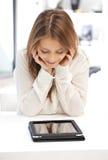 Mujer feliz con el ordenador de la PC de la tableta Fotografía de archivo libre de regalías