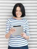 Mujer feliz con el ordenador de la PC de la tableta Imagenes de archivo