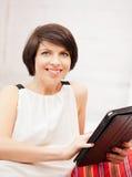 Mujer feliz con el ordenador de la PC de la tablilla Fotografía de archivo