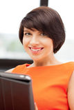 Mujer feliz con el ordenador de la PC de la tablilla Fotos de archivo