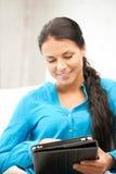 Mujer feliz con el ordenador de la PC de la tablilla Imagen de archivo